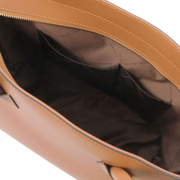 обемна кожена чанта в цвят коняк