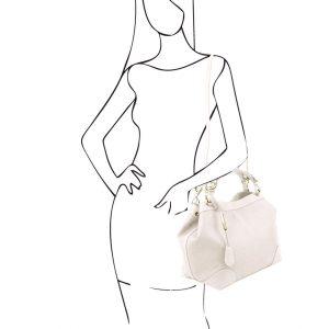 мека кожена чанта в бяло