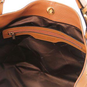 мека кожена чанта в цвят коняк